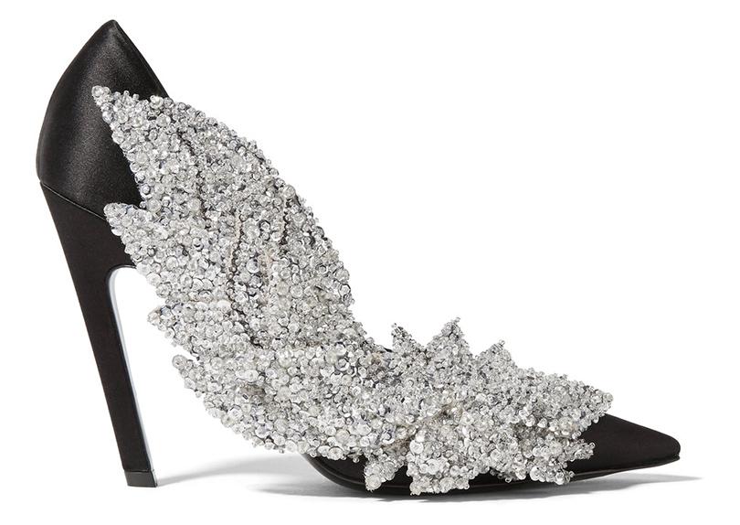 Новый год. Дресс-код: 28лучших пар обуви для новогодней вечеринки. Сатиновые туфли Balenciaga собъемной аппликацией изсеребряных пайеток