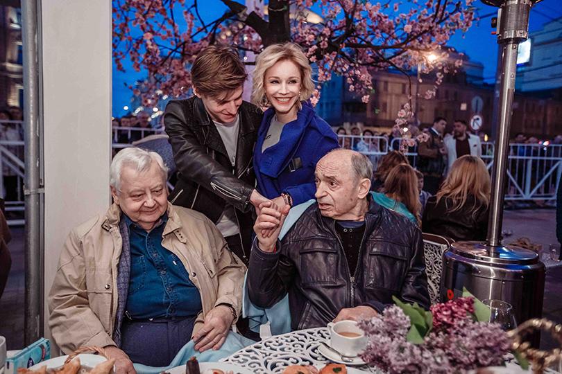 КиноТеатр: «Современник» отметил юбилей на Триумфальной площади. Марина Зудина с сыном Павлом, Олег Табаков и Валентин Гафт