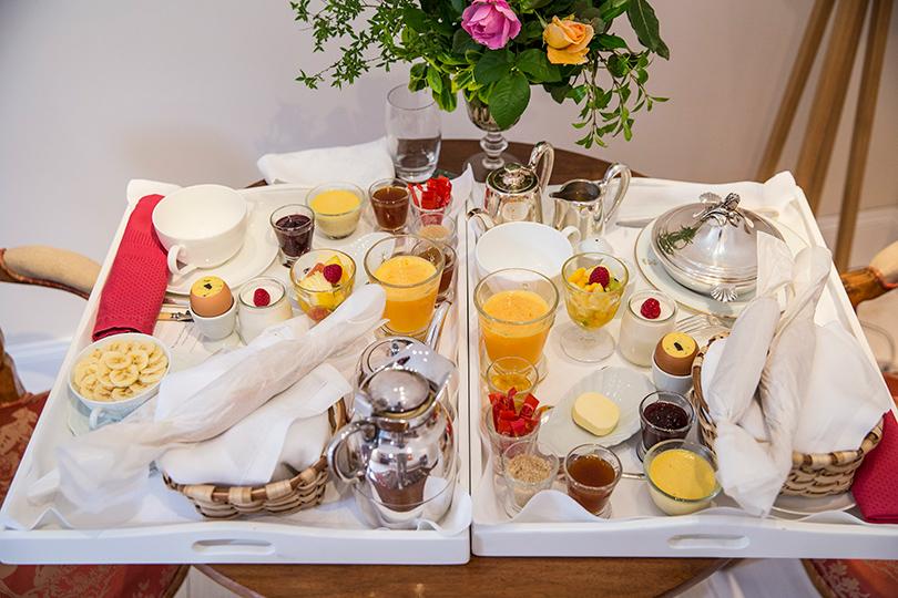 ВLes Pres d'Eugenie ненужно спускаться кзавтраку вресторан— его подают вам вномер