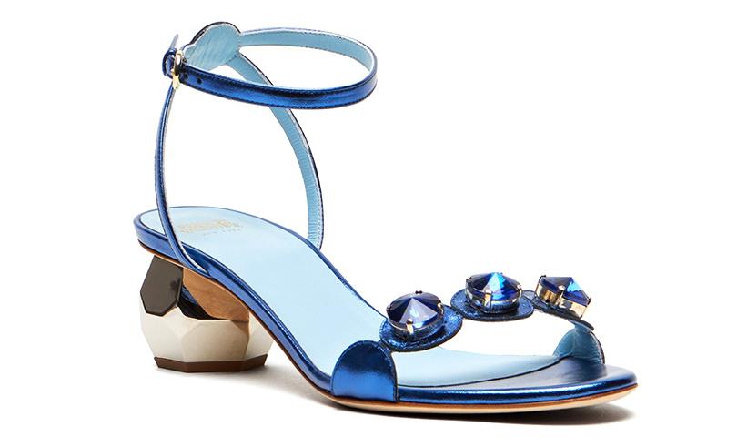 Новый год. Дресс-код: 28лучших пар обуви для новогодней вечеринки. Декорированные тремя крупными кристаллами босоножки Frances Valentine