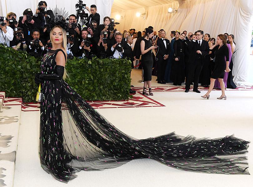 Самые яркие образы ковровой дорожки Бала Института костюма (Met Gala 2018). Рита Ора вPrada