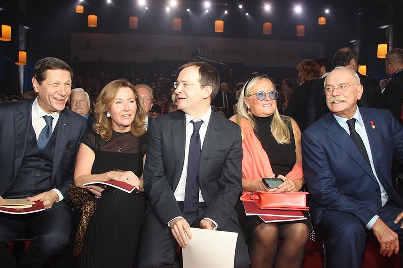 Церемония «Золотой орел-2015» на «Мосфильме»: Александр Жуков с супругой, Владимир Мединский, Никита и Татьяна Михалковы