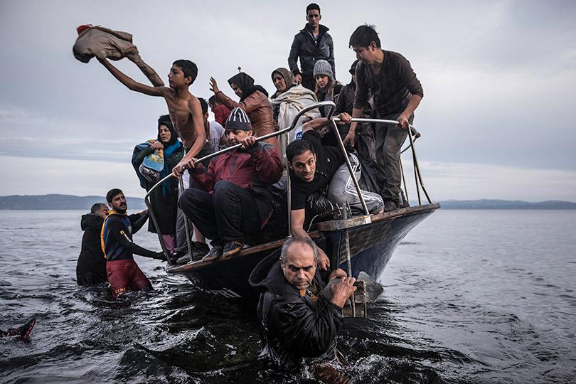 Сергей Пономарев. Мигранты натурецкой лодке швартуются близ деревни Скала нагреческом острове Лесбос