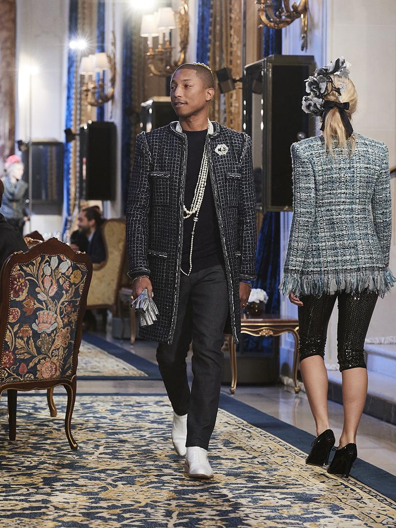 Style Notes: дебют Лили-Роуз Депп напоказе Chanel Métiers d'Art. Фаррелл Уильямс