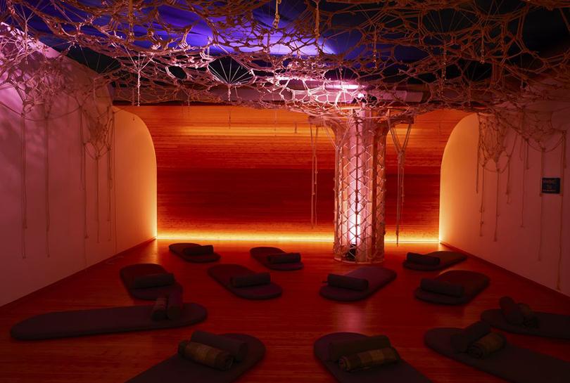 На Манхэттене открылась студия медитации саудиогидом вместо живого наставника