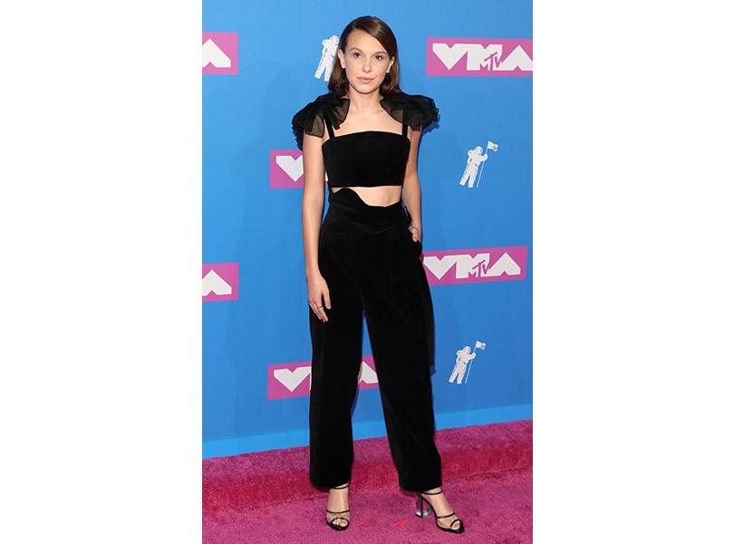 Лучшие образы сковровой дорожки MTV VMA 2018. Милли Бобби Браун вRosie Assoulin