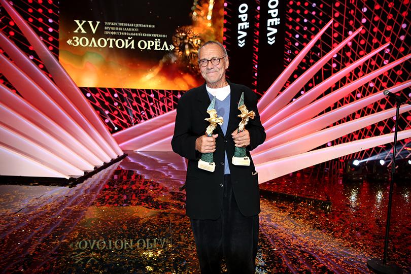 КиноТеатр: премия «Золотой орел» в 2017 году. Андрей Кончаловский с«Золотыми орлами», изготовленными партнером церемонии ювелирной компанией Mercury