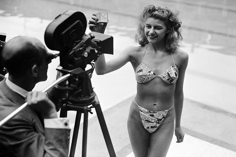 Танцовщица стриптиза Мишель Бернандини впервые демонстрирует скандальное изобретение Луи Реара— бикини, 1946г.