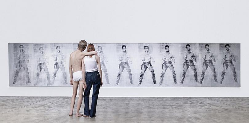 Рекламная кампания Calvin Klein. Назаднем плане картина Энди Уорхола