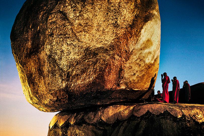 Монахи наЗолотой скале. Кьяикто, Мьянма.1994