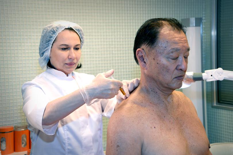 Американский актер японского происхождения Кэри-Хироюки Тагава вовремя плацентарной терапии «Лаеннек»
