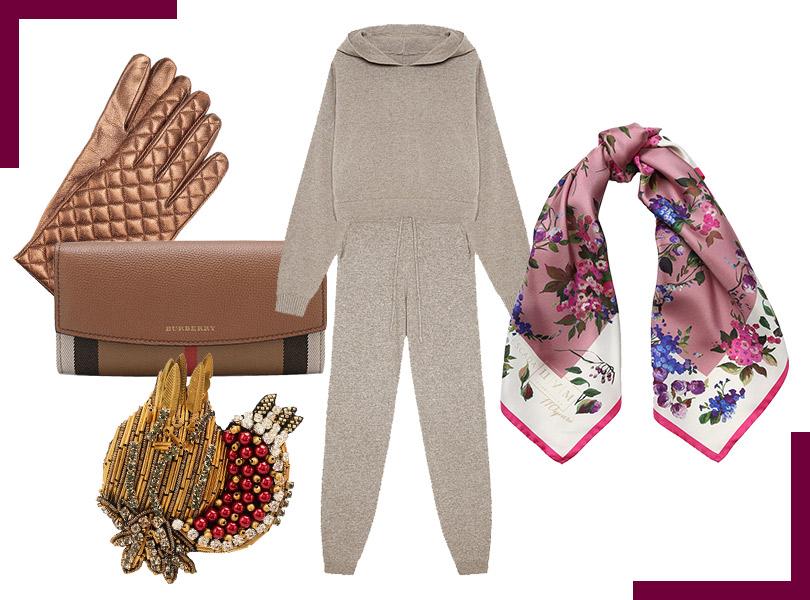 Перчатки, Sermoneta Gloves; кошелек, Burberry; костюм изтрикотажа скашемиром, IAM Studio; брошь, N°21; шелковый платок, Escada