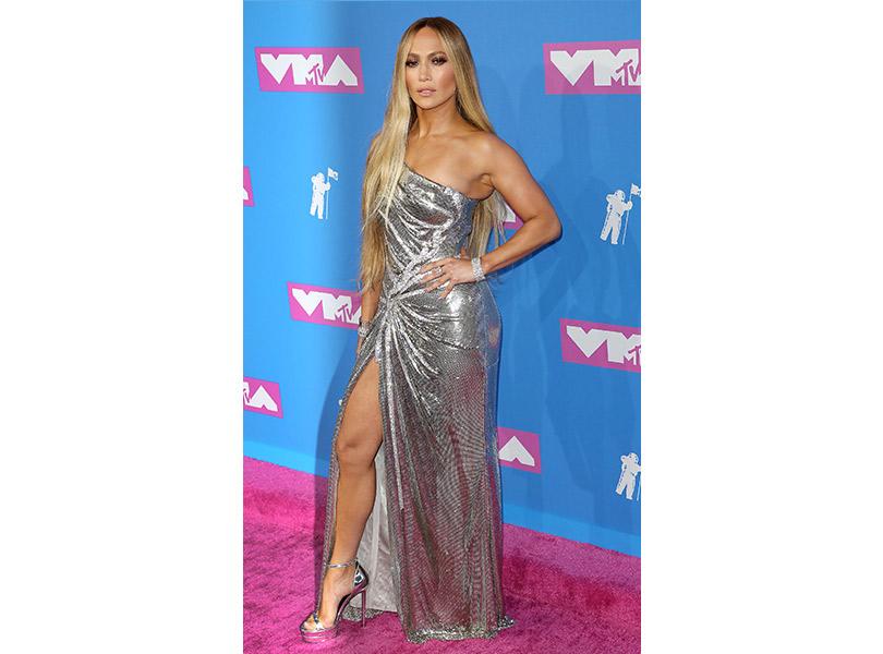 Лучшие образы сковровой дорожки MTV VMA 2018. Дженнифер Лопес вVersace иукрашениях Tiffany &Co.