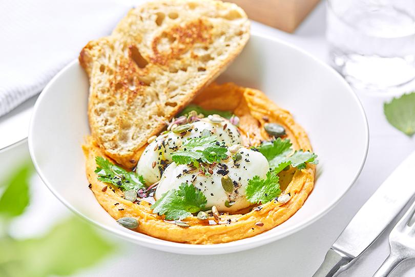 Сутра пораньше: топ-5 новых завтраков вМоскве. «Березка». Хумус из сладкого батата с яйцом пашот