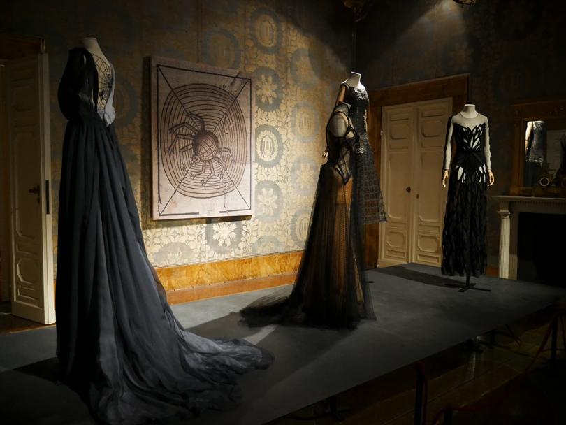 Черное платье справа — Yanina Couture
