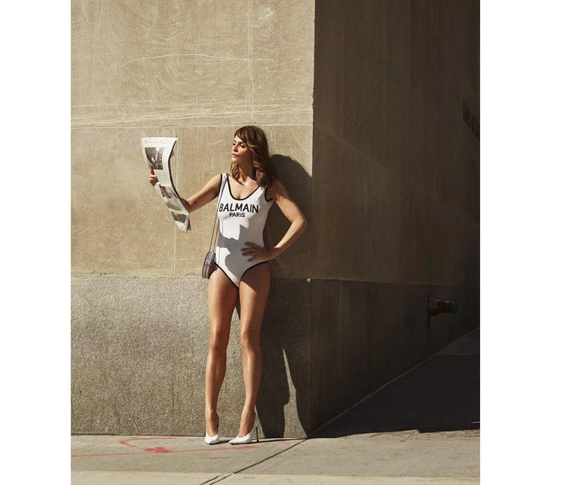 Назад вбудущее: 49-летняя Хелена Кристенсен снова снялась вметаллическом бикини, вкотором позировала 27лет назад