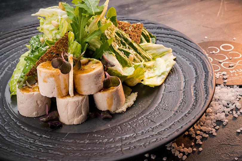 Новый ресторан Too Much от создателей брассери Lambic. Курица с салатом айсберг под соусом из голубого сыра