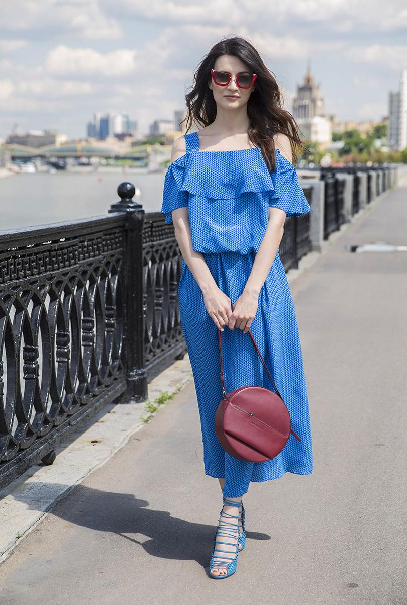 Платье извискозы Li-Lu, сумка Cedric Charlier, туфли Jimmy Choо, солнцезащитные очки Miu Miu