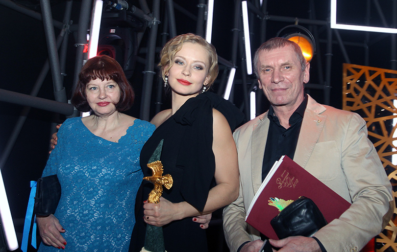 Церемония «Золотой орел-2015» на «Мосфильме»: Юлия Пересильд с родителями