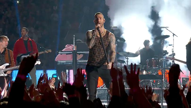 Социальные сети раскритиковали выступление Адама Левина и Maroon 5 на Суперкубке