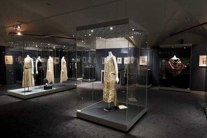 Идея науикенд: изучаем стиль ар-деко навыставке Института костюма Киото вКремле. Платье изузорной парчи свышивкой бисером отмодного дома Callot Sceurs (1922г.)