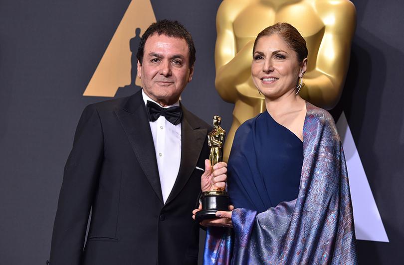 Фируз Надери и Анушех Аншари с наградой за фильм «Коммивояжер»