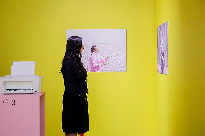 Дом, где живут воспоминания: Стратегический проект Молодежной биеннале вГЦСИ. Вид экспозиции сфотографиями Елены Аносовой изсерии Polite Fish