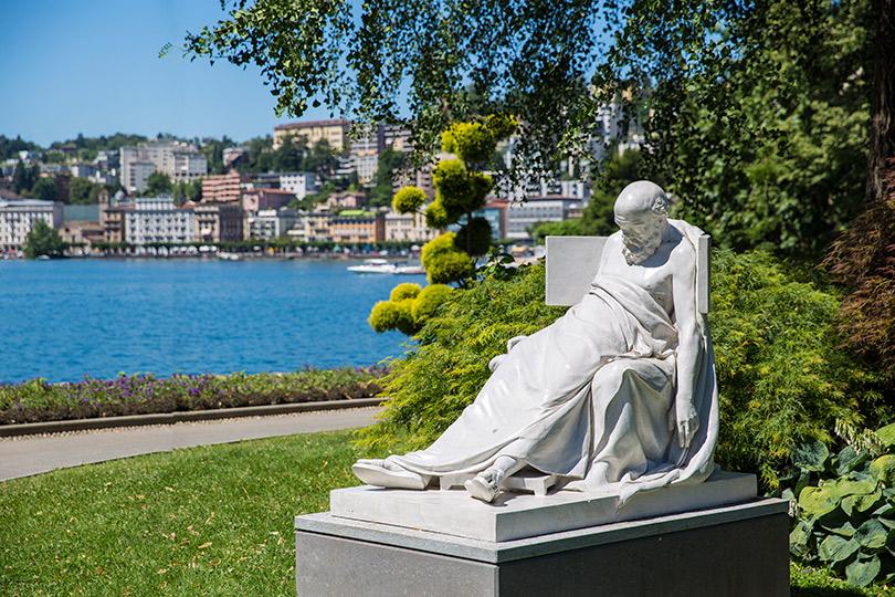Одна изсамых известных скульптур вParco Civico Ciani— Сократ впоследние моменты своей жизни