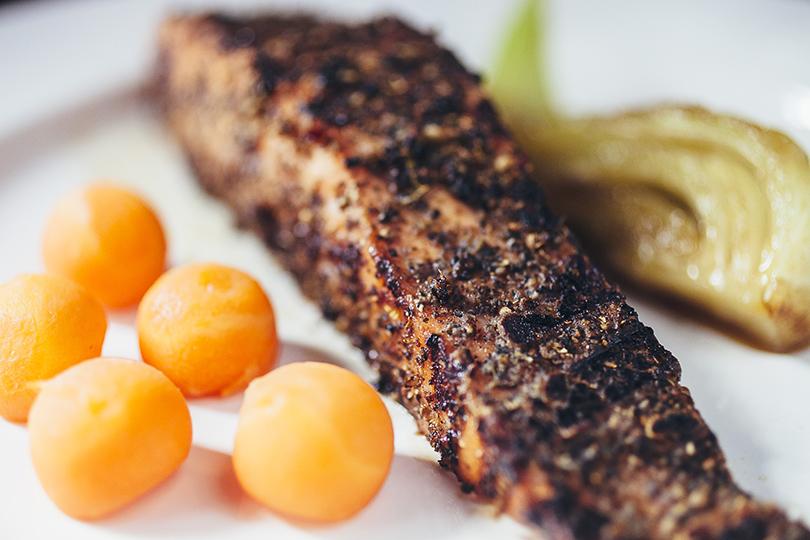 Что на ужин: обновленное меню в Dewar's Powerhouse. Лосось пастрами сапельсиновой морковью иглазированным фенхелем