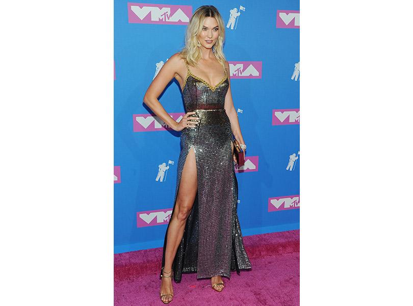 Лучшие образы сковровой дорожки MTV VMA 2018. Карли Клосс вElie Saab
