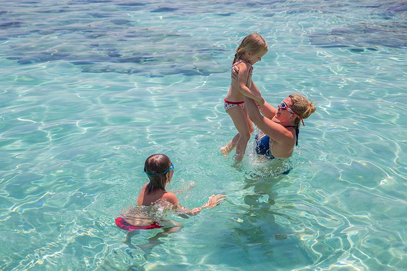 Anassa Hotel, Кипр. Наталья Боброва учит малышку Наталью-Фредерику плавать в прозрачной кипрской воде -  там, где совсем неглубоко