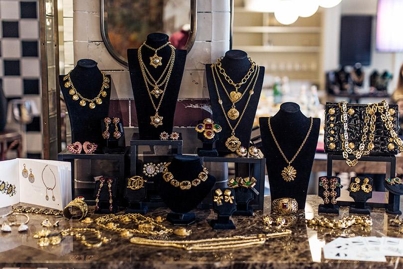 Posta-Бижу: основатель магазина винтажных украшений Ольга Лефферс — о том, как инвестировать в бижутерию и почему не надо бояться «чужой» энергетики