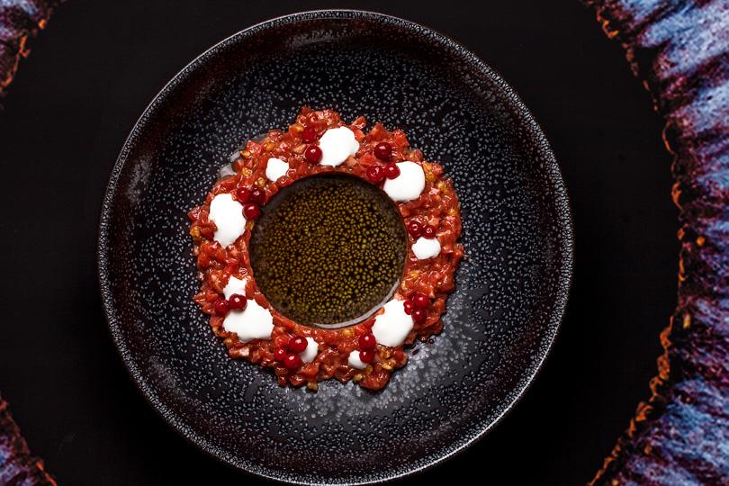 Тартар изворонежской говядины, грибной бульон, козий сыр, моченая брусника