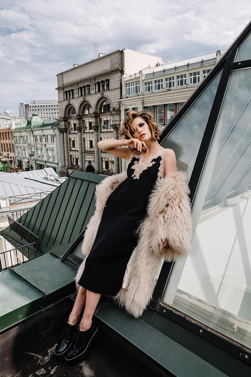 НаЛукерье: шелковое платье скружевом Valentino, меховое пальто изламы икожаные ботинки— Louis Vuitton, серьги изметалла ипластика Marni