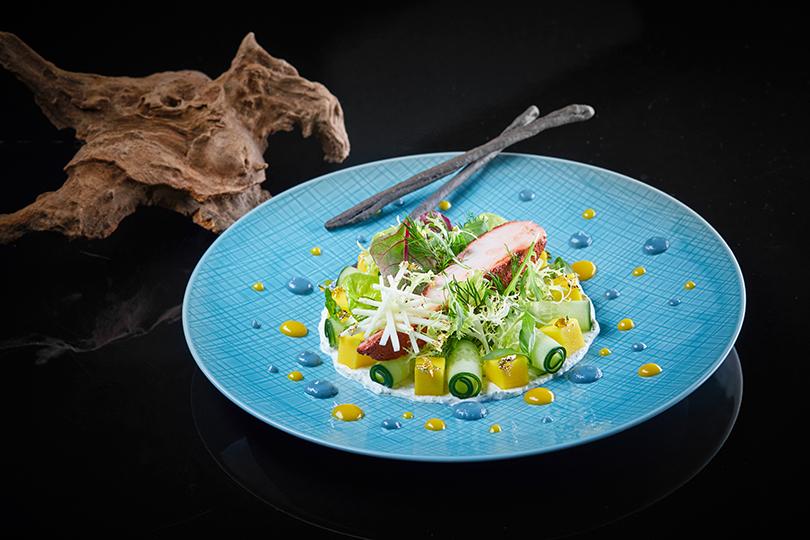 Что наужин? Французская кухня отРежиса Тригеля вSixty. Салат изкурицы соспециями тандури