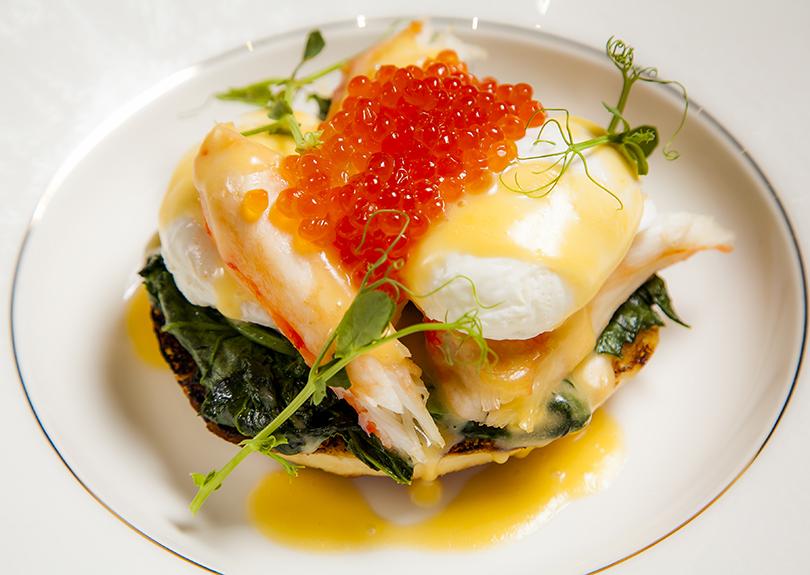 Яйца Бенедикт с камчатским крабом и красной икрой