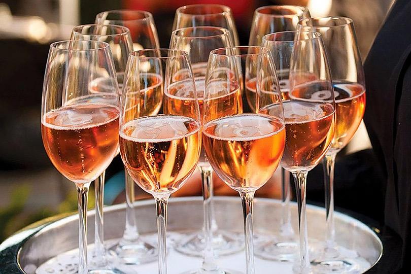 Досье: праздничный напиток— шампанское.