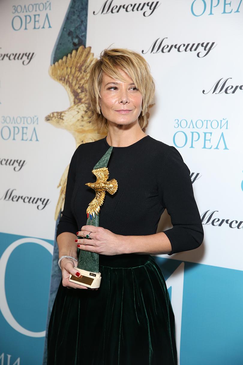 КиноТеатр: премия «Золотой орел» в 2017 году. Юлия Высоцкая (украшения Mercury, платье Ulyana Sergeenko)