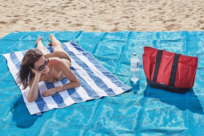 Идея подарка: надувные санки, эспрессо-самовар идругие практичные находки для путешественников. Отталкивающий песок лежак Sandless Beach Mat