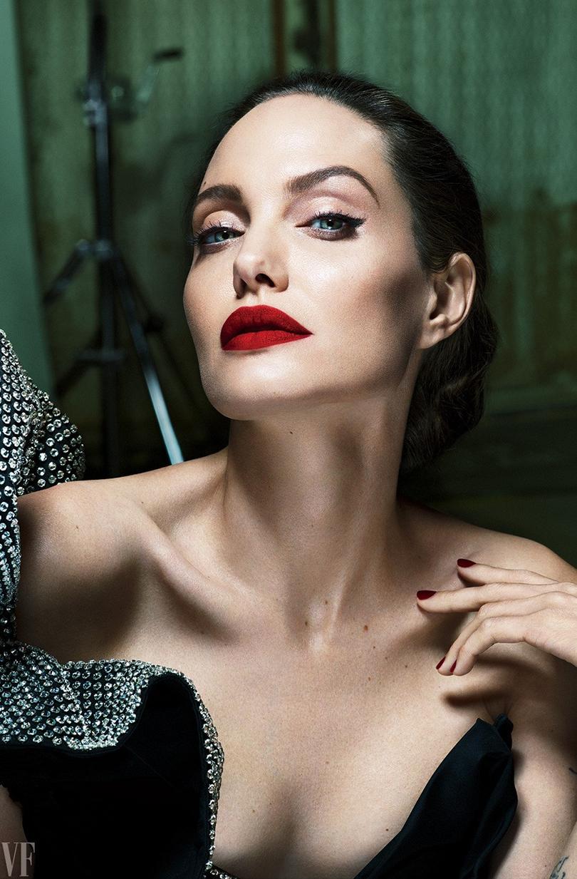 Women inPower: Анджелина Джоли рассказала Vanity Fair оразводе сБрэдом Питтом, седых волосах ижизни домохозяйки