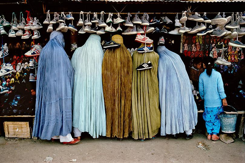 Женщины вмагазине обуви. Кабул, Афганистан.1992