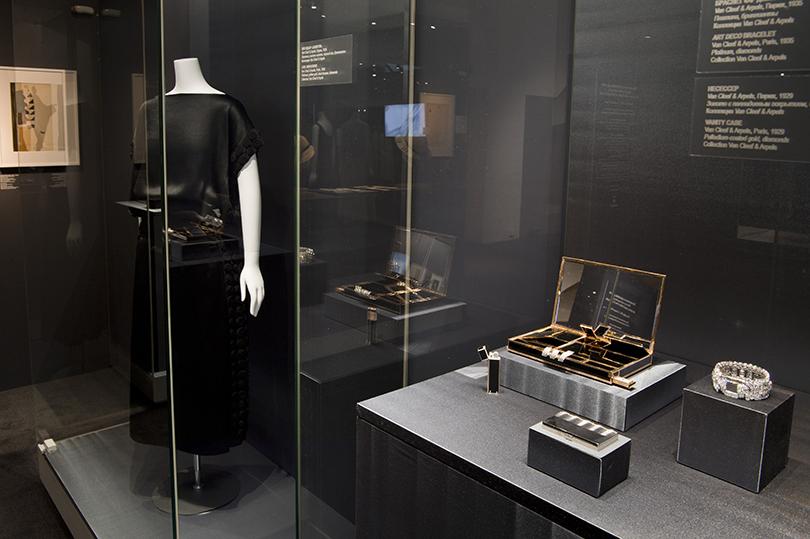 Идея науикенд: изучаем стиль ар-деко навыставке Института костюма Киото вКремле. Платье изшелкового шармеза саппликацией отМадлен Вионне (около 1922г.) иаксессуары