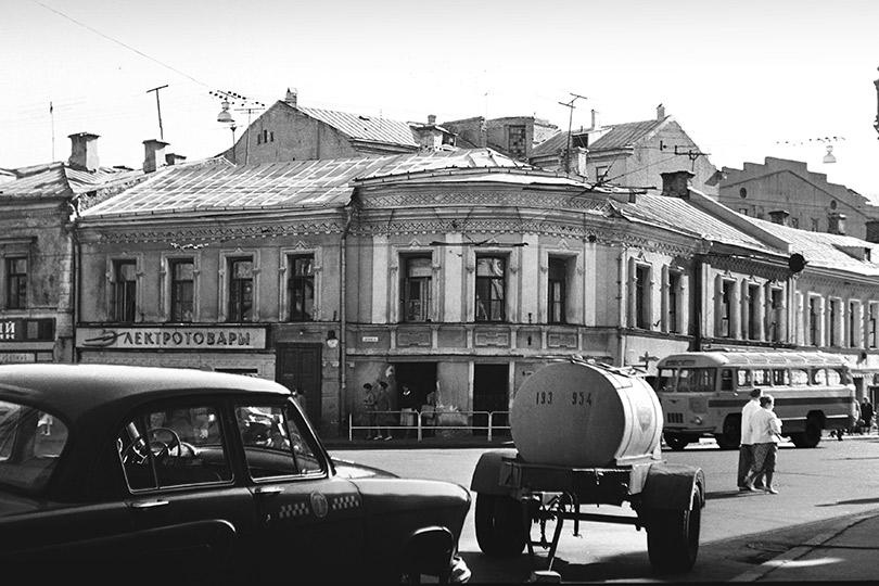 Пересечение улицы Богдана Хмельницкого (Маросейка) иСтаросадского переулка. 1950-е