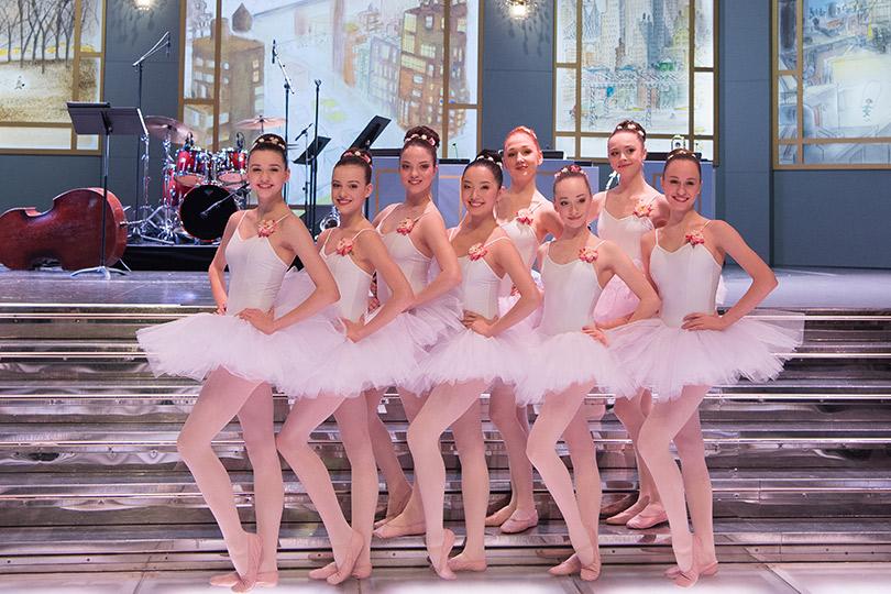 Навходе гостей встречали балерины, ученицы Балетной академии принцессы Грейс
