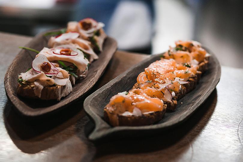 Светская хроника: закрытый ужин Daviani beauty &SPA иресторана The Mad Cook. Брускетта с лососем, брускетта с тамбовским свиным окороком