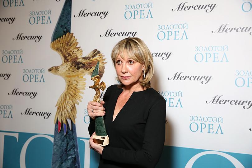 КиноТеатр: премия «Золотой орел» в 2017 году. Елена Яковлева (украшения Mercury)