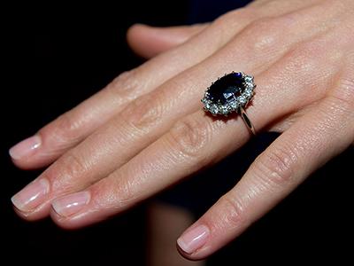 Кейт. Помолвочное кольцо: Garrard с12-каратным синим цейлонским сапфиром вокружении бриллиантов, ранее принадлежало принцессе Диане
