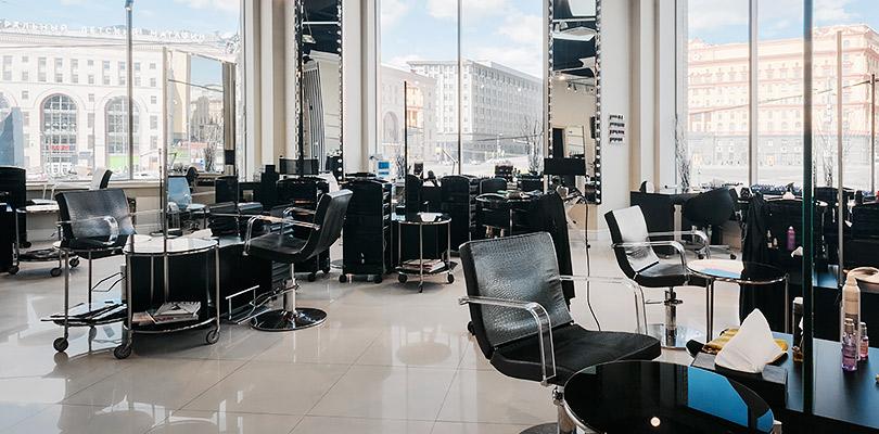 Какие процедуры попробовать в салоне красоты Celebrity. Парикмахерский зал спанорамным видом наМоскву