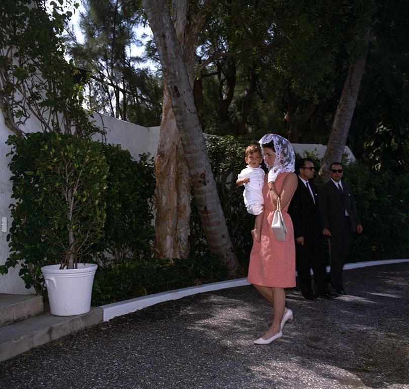 Style Notes: Натали Портман в роли fashion-иконы Джеки Кеннеди. Эволюция стиля Жаклин. Наотдыхе вПалм-Спрингс, 1963г.