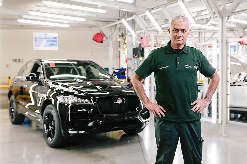 Boys &Toys: главный тренер «Манчестер Юнайтед» Жозе Моуринью наблюдает засборкой своего Jaguar F-PACE